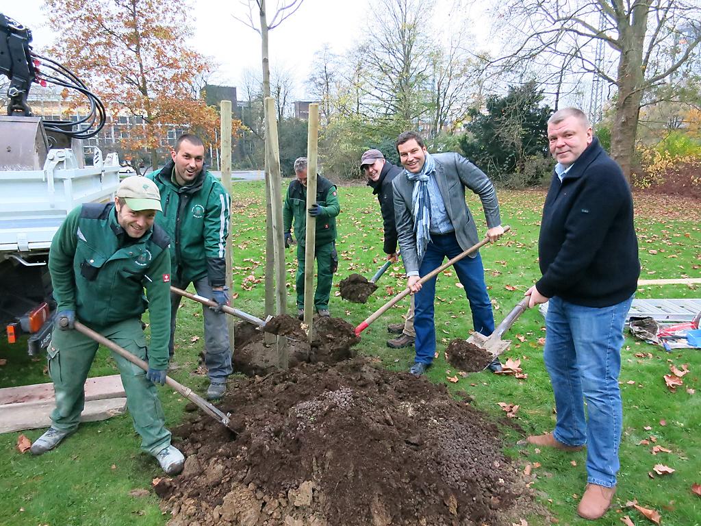 von links nach rechts: Miatrbeiter der Firma Menke, Thomas Eiskirch, Guido Mlynarczyk stellvertr. Vorsitzender SPD Stadtbezirk Bochum-Mitte